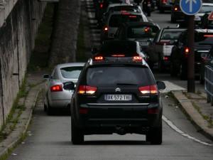 Quand la voie expresse est embouteillée, les voitures reculent sur la rampe de descente!