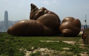 Tas de merde géante offert par McCarthy à Hong-Kong. Alors, heureux?